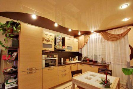 Применение натяжного потолка для кухни