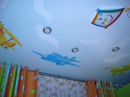 Вариант размещения цветных рисунков в интерьере детской комнаты