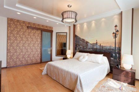 Фото привлекательного оформления интерьера, где элементом декора выступает фотопечать на стене и оригинальное освещение потолка