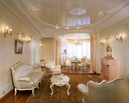 Фото роскошного помещения, оформленного в белых и светло-бежевых оттенках с привлекательным потолком