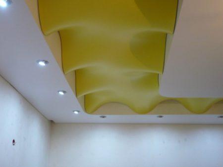 Фото интересного варианта потолка с формой волна, которая используется в качестве отдельного элемента декора