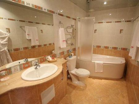 Интерьер ванной комнаты с зеркальным потолком