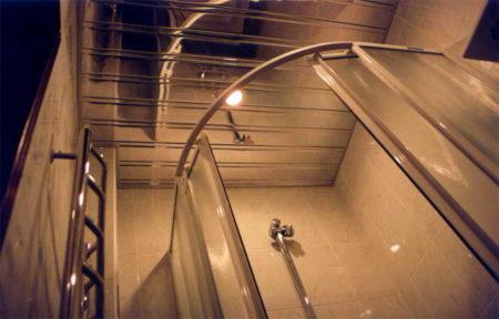 Фото вида снизу потолочной поверхности в ванной комнате, которая смотрится невероятно интересно и эстетично