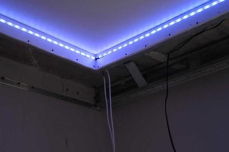 Монтирование светодиодной ленты до начала монтажа наружного бортика
