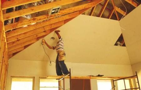 Будущий потолок из листов гипсокартона, который монтирован на деревянные балки
