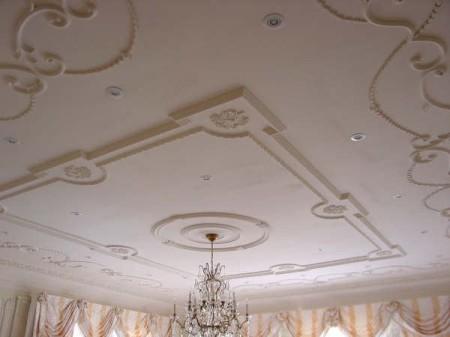 Использование гипсовой лепнины на одноуровневый потолок – идеальный вариант для гостиной в традиционном стиле