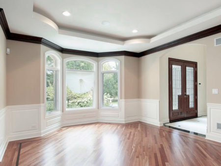 Классический натяжной потолок из тканевого материала белого цвета в уютном помещении