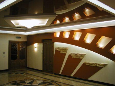 Глянцевый потолок темного цвета в большой комнате – стильно, современно и роскошно
