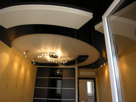Многоуровневая потолочная конструкция с интересными цветовыми комбинациями