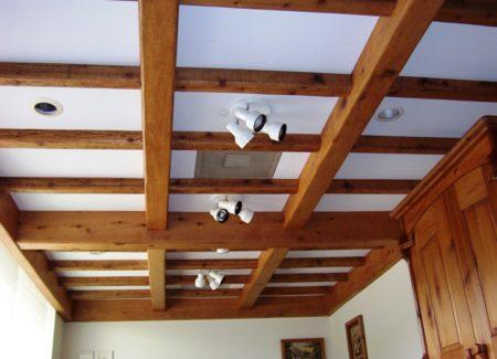 Белое полотно и балки под древесину