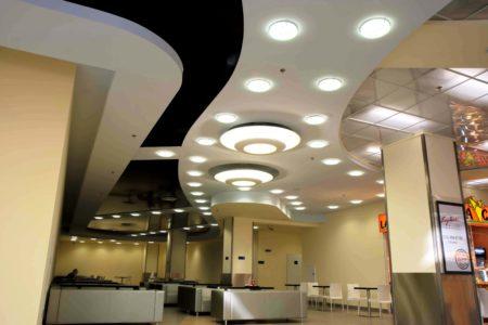 Множество осветительных приборов и многоуровневая конструкция прекрасно дополняют интерьер помещения