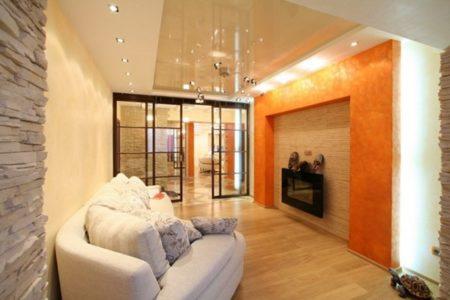 На фото потолок зонирует пространство по длинным стенам