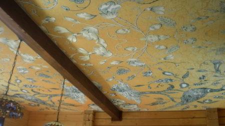 Тканевое полотно в доме с деревянными стенами