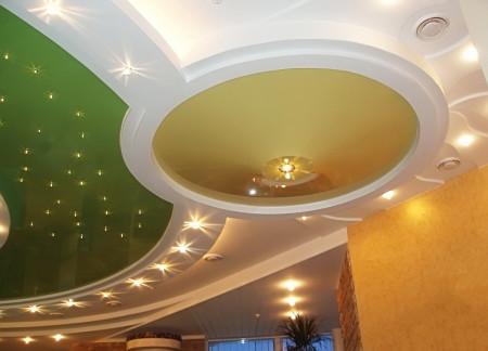Фото дизайна потолка, представленного потолочными светильниками разных типов и размеров