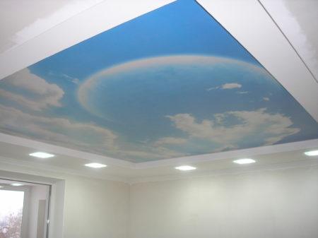 Один из вариантов натяжного потолка – облака, обрамленные в рамку с подсветкой
