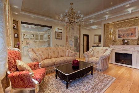 Фото гостиной, выполненной в классическом стиле в светло-бежевых, коричневых и золотистых тонах