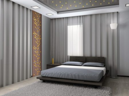 Фото роскошного дизайна спальни в серых тонах с интересным освещением потолка и настенным декором