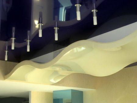 Фото натяжного потолка, комбинированного с традиционным вариантом и оформлением волна