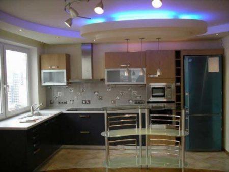 Установка парящего потолка на кухне с подсветкой
