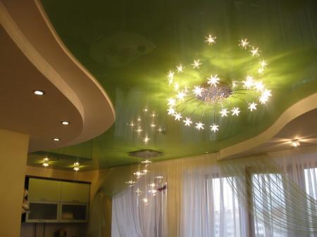 Глянцевый натяжной потолок в гостиной зрительно сделает ее броской и раздольной фото