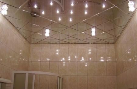 На фото демонстрируется применение стеклянной плитки в интерьере