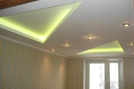Результирующий гипсокартонный потолок в интерьере комнаты