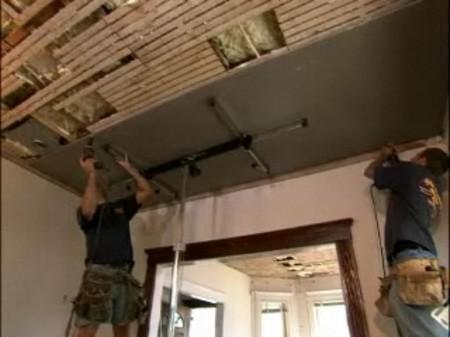 Потолок из листов гипсокартона, обеспечивающий выравнивание основной конструкции