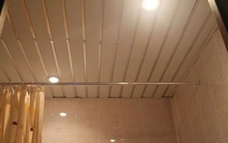 Чередование глянцевой и матовой полосы – эффективный и простой способ сделать ровную поверхность привлекательной