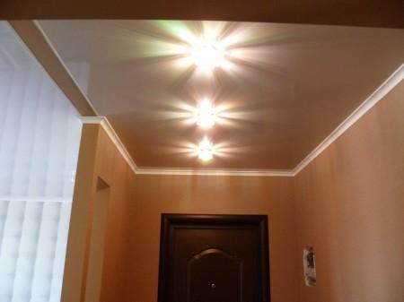 Интересные лампы на потолке из гипсокартона в качестве основного света