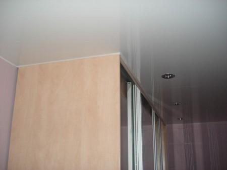 Установленный потолок с готовым шкафом
