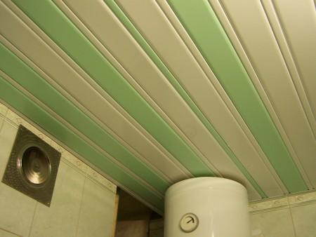 Зелено-бежевый потолок из пластиковых профилей в интерьере