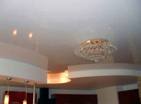 Готовый натяжной потолок после завершения всех монтажных работ и установки светильников