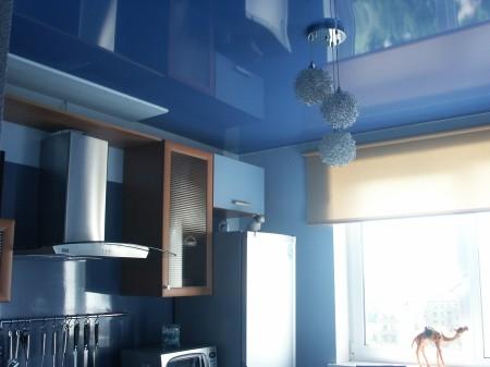 Готовый натяжной потолок в интерьере помещения