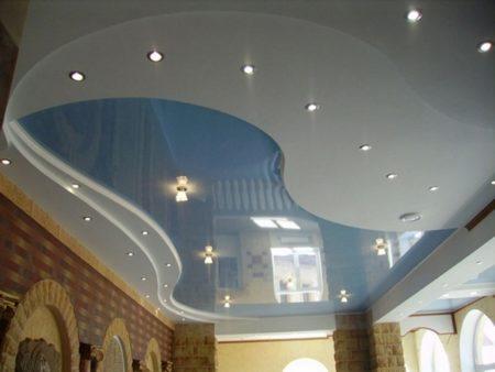 Многоуровневый комбинированный потолок со сложными ступенями из гипсокартона заставляет забыть о том, что на фото обычный зал прямоугольной формы