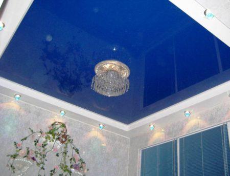 Глянцевое полотно синего цвета способствует визуальному повышению высоты