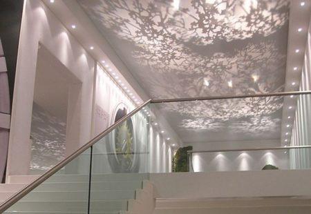 Интересные тканевые натяжные потолки в интерьере