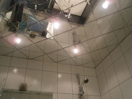 Зеркальный потолок с кассетами Армстронг, который эффектно дополняет интерьер ванной комнаты