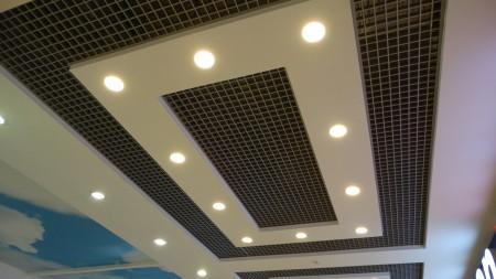 Фото лаконичного дизайна с потолочными светильниками