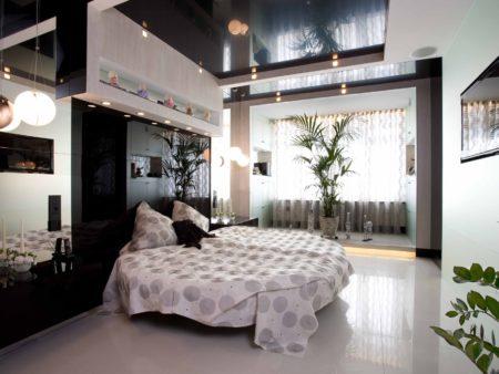 Фото правильного дизайна спальни с вкраплениями черных оттенков и темным глянцевым потолком
