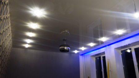Потолок с вмонтированными спотами – стильно и современно