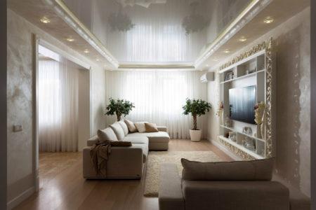 Фото помещения, оформленного в стиле классики и светлой цветовой гамме, где выбран глянцевый натяжной потолок