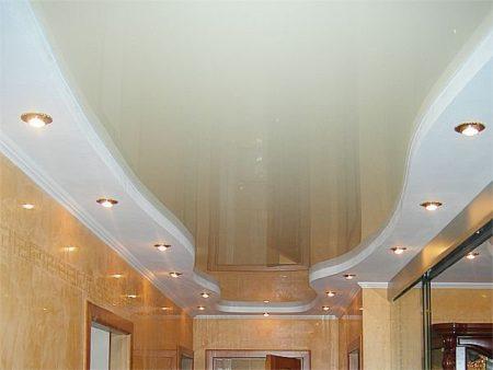 Комбинация потолка из белой и глянцевой поверхности