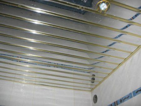 Фото простого, но привлекательного потолка, который выполнен из комбинированных реек с зеркальным напылением и декоративными золотистыми вставками