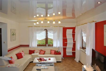 Глянцевый потолок зрительно расширяет помещение, фото