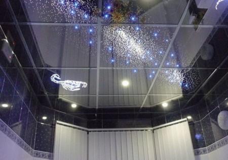 Модульная система с использованием глянцевых пластиковых плиток в цвет с верхним поясом помещения