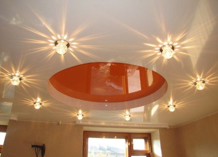 Потолочные лампы в комнате