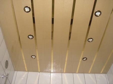 Бежевый потолок из пластиковых панелей