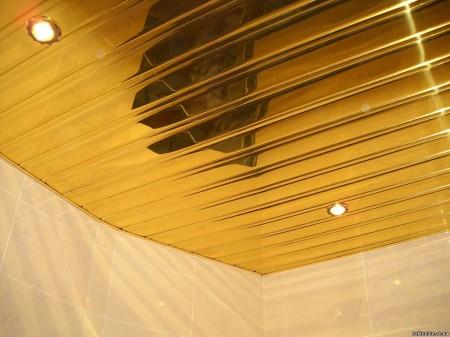 Алюминиевый реечный потолок, который добавляет изысканности в ванной комнате