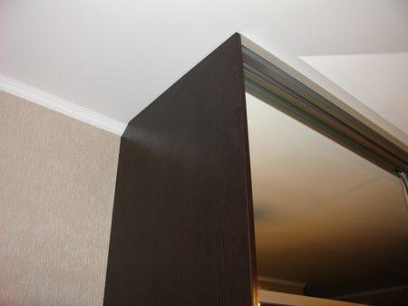Когда направляющая для дверок шкафа крепится к монтируемому потолку