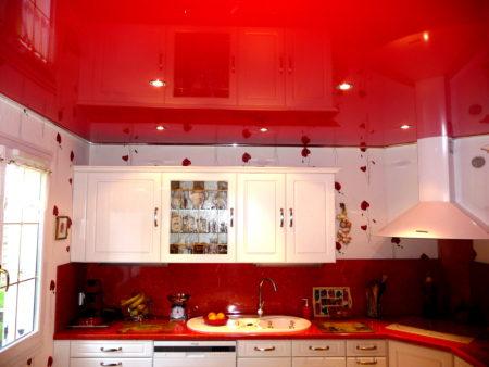 Глянцевый красный потолок на кухне